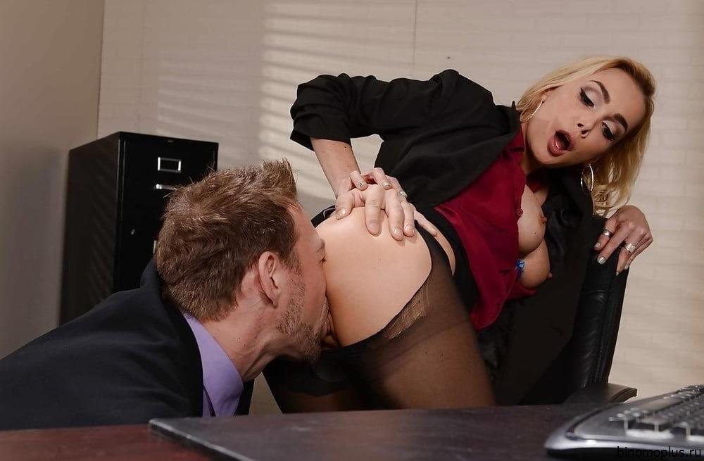 Рыжая секретарша в бежевых чулках раздевается на рабочем месте